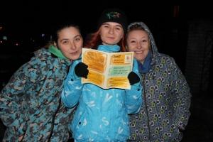 Trzy wolontariuszki trzymają w ręku kwestionariusz questu z wierszowanymi zagadkami